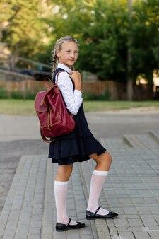 学校の制服とバックパックの少女の肖像画