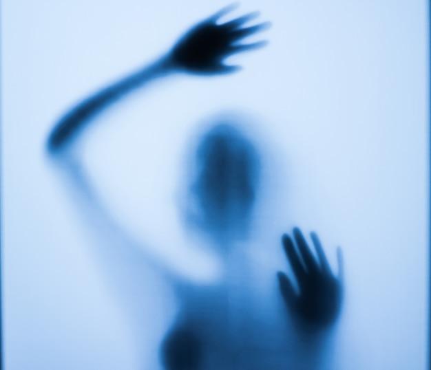 Страшный силуэт девушки за стеклом в ванной
