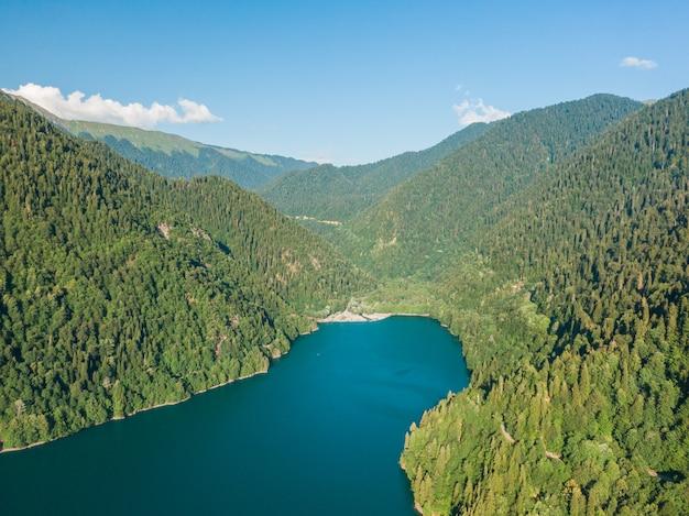 透き通った青い湖のある素晴らしい山の風景