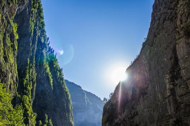 山の峡谷から太陽が差し込む