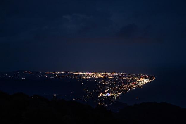 Прекрасный вид на город ночью с большой высоты с гор