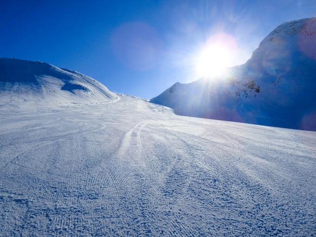 Зимний пейзаж в горах. горы покрыты снегом в солнечный зимний день