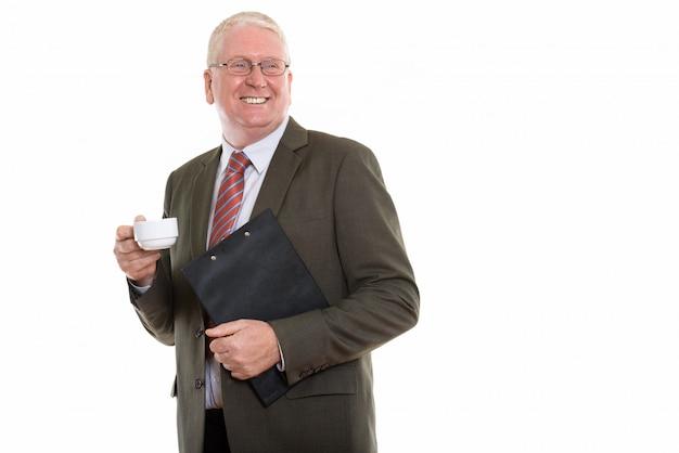 Зрелый мужчина с клипбордом и чашкой кофе