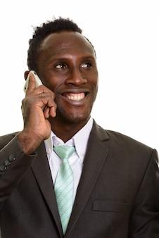 Сторона вдумчивого молодого счастливого африканского бизнесмена усмехаясь пока