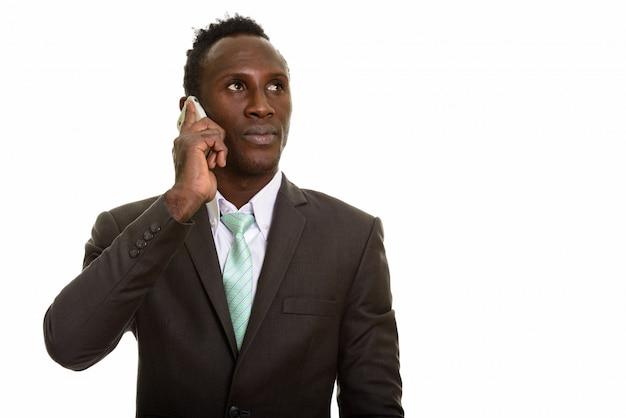 Молодой черный африканский бизнесмен разговаривает по мобильному телефону