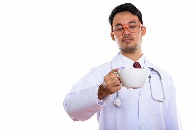 若いアジア人男性医師を押しながらコーヒーを見て