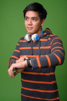 若いハンサムなフィリピン人