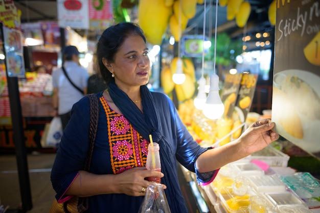 タイ、バンコクの街を探索する成熟した美しいインドの女性の肖像画