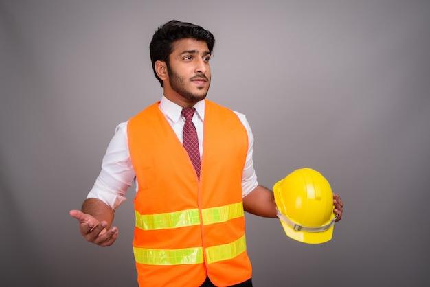 Портрет индийский мужчина строительный рабочий бизнесмен