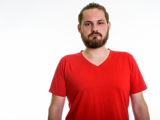 白い背景に、ひげを生やした若者のスタジオ撮影