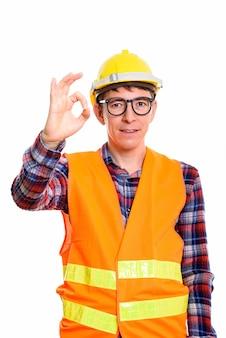 白い背景に対して隔離された立っている白人男性建設労働者のスタジオ撮影