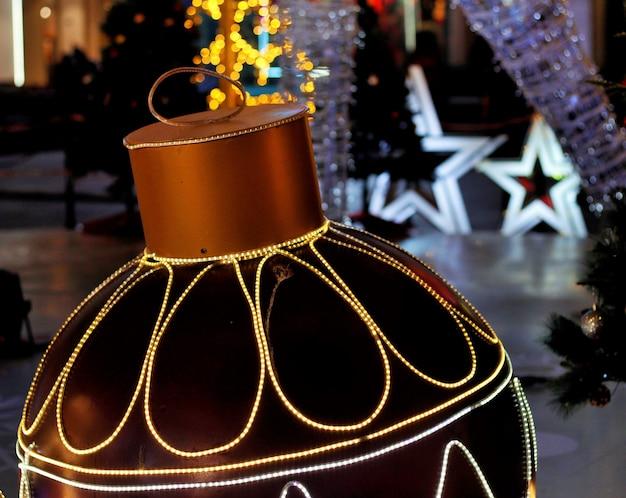 巨大なクリスマスの装飾をクローズアップ