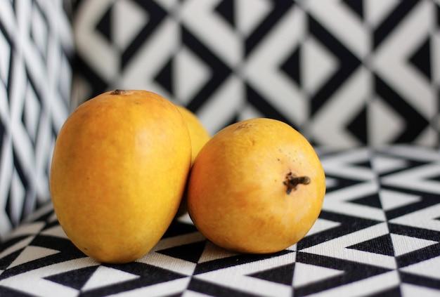 白と黒の新鮮な熟したマンゴー