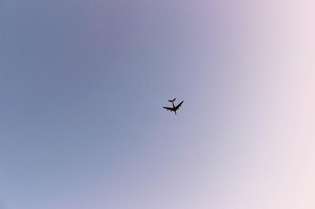 空のとても高いところに、巨大な飛行機でもとても小さく見える