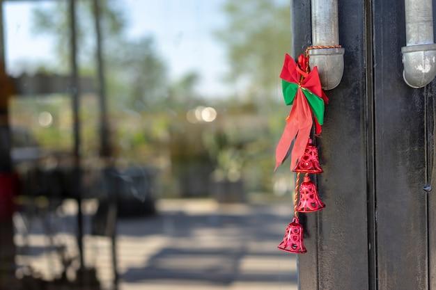 クリスマスの鐘はドアに縛られていました。