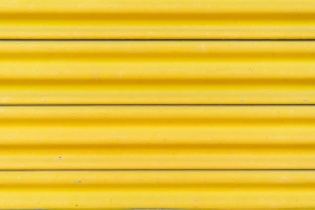黄色いスチールドア、美しいプロポーション。