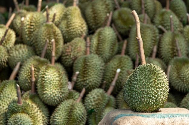 季節のドリアンは、中国への輸出のためにトレーダーに売られています。