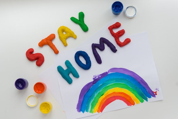 カラフルな文字と虹の写真で家にいる