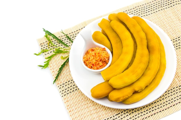 Маринованный тамаринд, консервированный в сиропе на рынке в таиланде