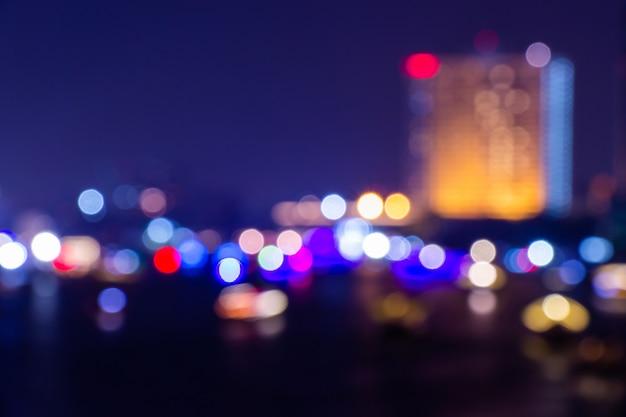 夜の夕暮れは、ダウンタウンの抽象的な背景がぼやけて光ボケ。