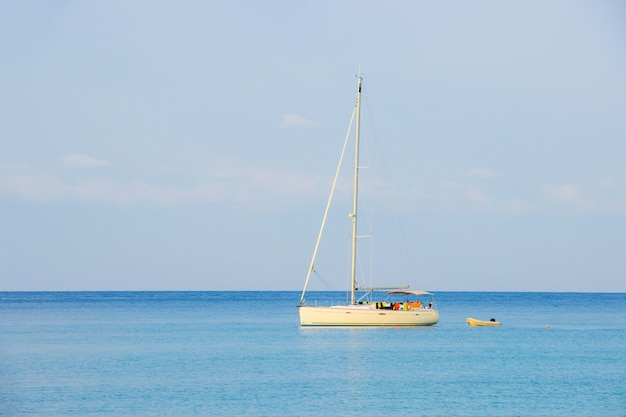 ハードバンバオ周辺アオタイ海域の青い空を背景に観光の白いヨット