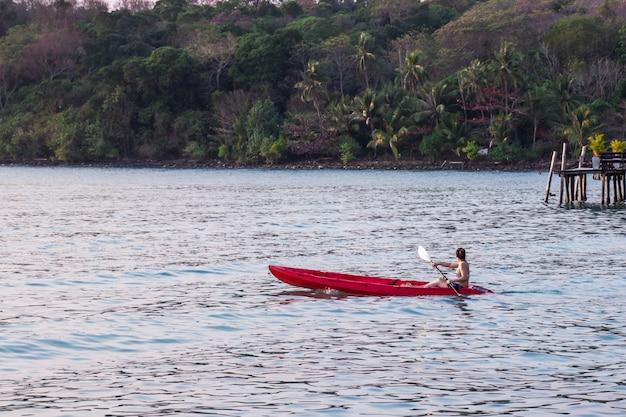 女性観光客は海の美しいエリアアオバンバオでビキニセットのカヤックを着用します。