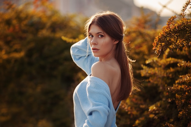 Милая молодая женщина нося стильную одежду