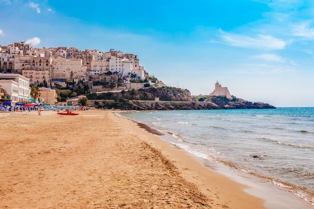 Пляж и морской пейзаж со сперлонгой, лацио, италия