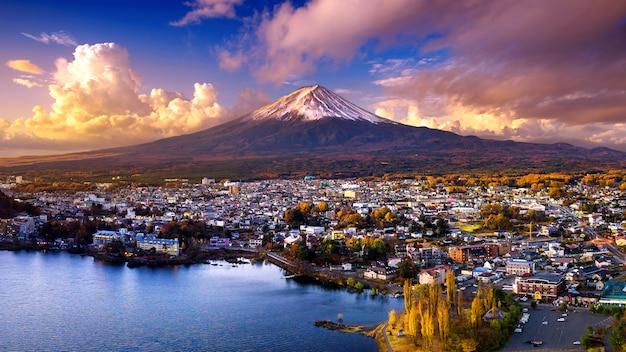 夕暮れ時の富士山と河口湖