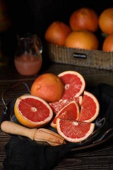 搾りたてのグレープフルーツジュースを作る