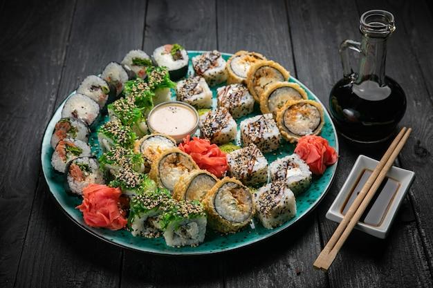 Различные виды суши ролл. японская еда.