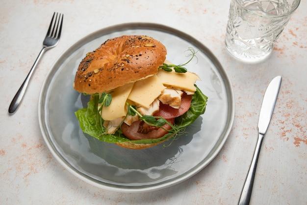肉、クリームチーズ、トマトのハンバーガーサンドイッチ