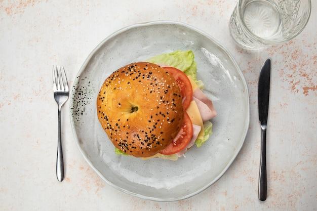 生ハム、トマト、チーズ、サラダのハンバーガーサンドイッチ