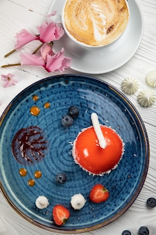 ブループレートと白い背景のムースデザート