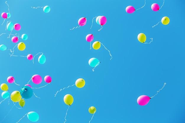 Разноцветные воздушные шары в голубом небе