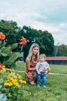 ママと息子の花を見て