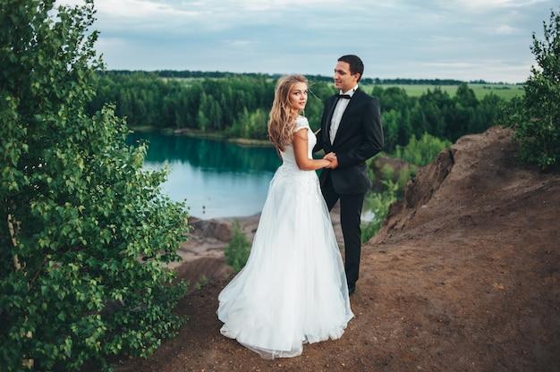 峡谷を背景に美しいカップルの結婚式
