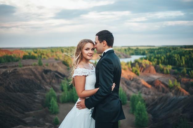 Свадьба красивой пары на фоне каньона