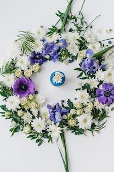 花と果物の白い背景の上の春のカップケーキ