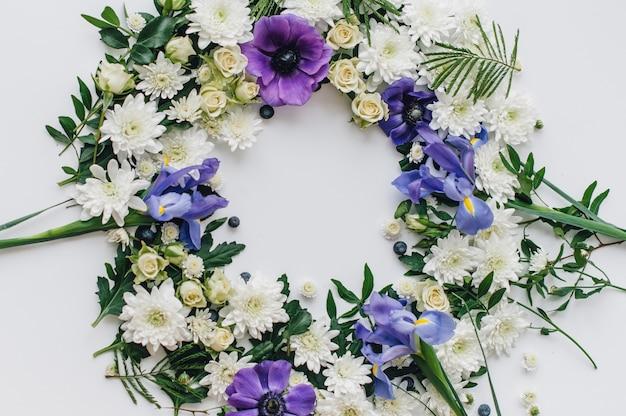 花と果物の春のフレーム。花輪。
