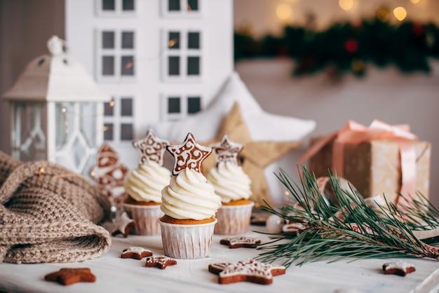 ジンジャーブレッドの星で飾られたクリスマスのおいしいカップケーキ。