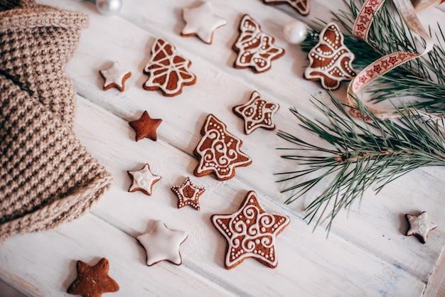 さまざまなクリスマスジンジャーブレッドクッキーがレイアウトされています