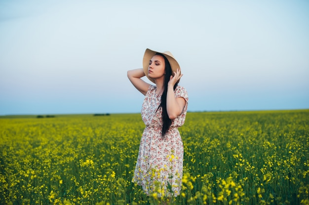 Красивая молодая женщина на закате в поле