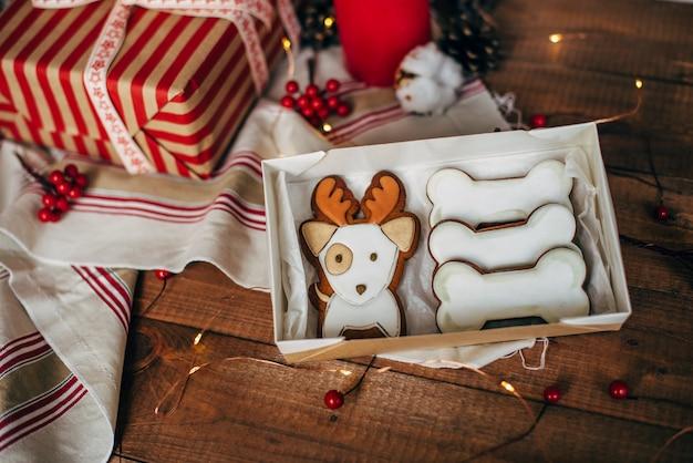 クリスマスのカラフルなジンジャーブレッドクッキー