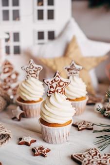 Рождественские вкусные кексы украшены пряничной звездой.