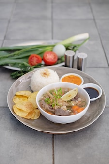 ご飯とチリソースのビーフスープ