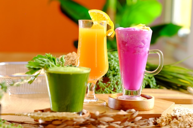 健康的なアボカドのドラゴインフルーツとオレンジジュース