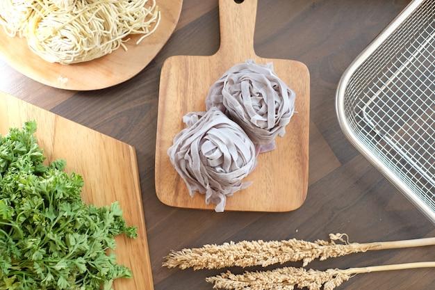 調理する準備ができて銀のユニークな麺