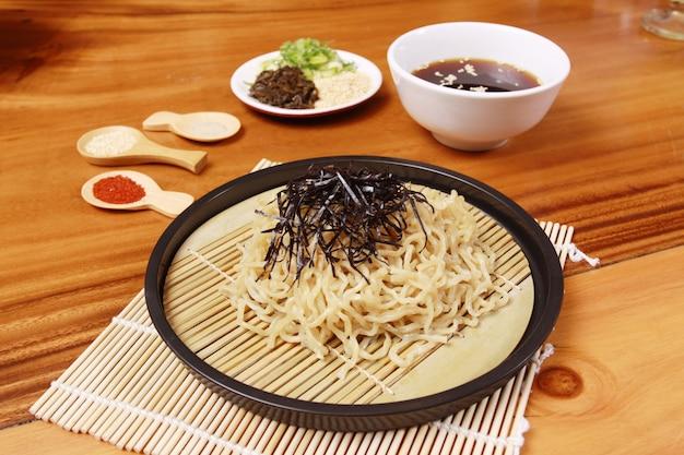 いろいろな調味料の生麺
