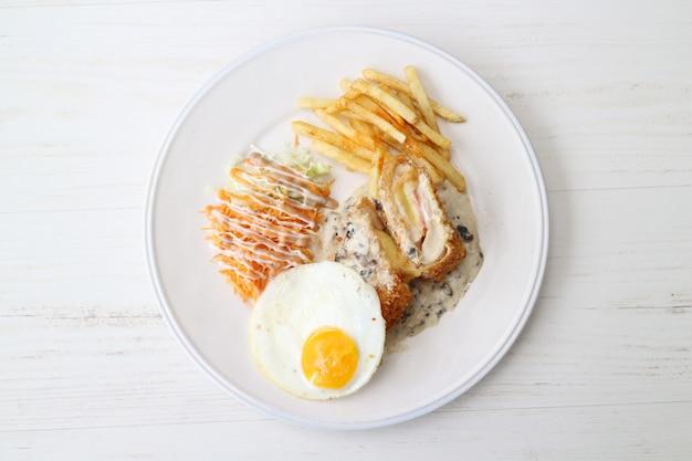 Стейк сверху с яйцом и картофелем фри с соусом